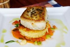 Cavala branca marinada com rosti de Lagosta confit de favas com tomate e molho de camarão com shitake - chef Fabrício Lemos | Foto Carol Cotias